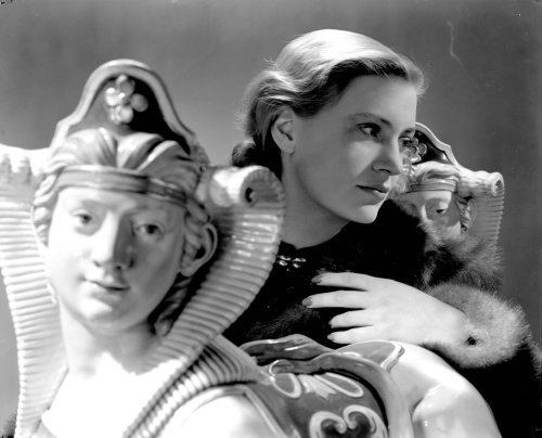 frenchtwist:  Self Portrait with sphinxes by Lee Miller, 1940