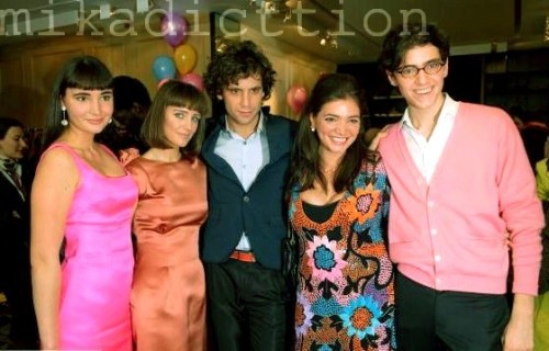 Penniman Family (well, just the kids)  -Zuleika allegra (with the pink dress) -Yasmine/Dwack (next to MIKA) -MIKA  (you know him…) -Paloma (with the floral dress) -Fortune (can you believe he is only 19?) Im sure that, order by age, MIKA is the brother in the middle, then comes Zuleika and Fortune is the youngest, and Yasmine is the oldest, followed by Paloma ;)