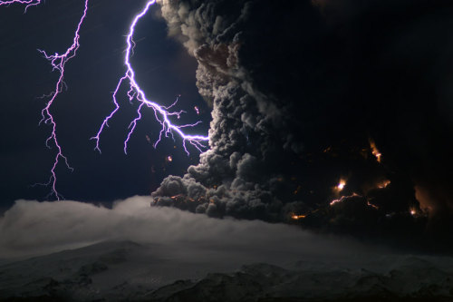 thepaisleyelf:  Lightening over the erupting volcano in Iceland!