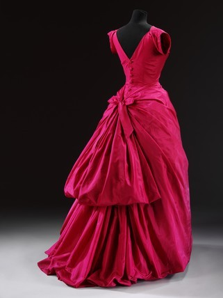 tea-and-whimsy:  Evening dress, by Balenciaga. Silk taffeta. France, 1955.