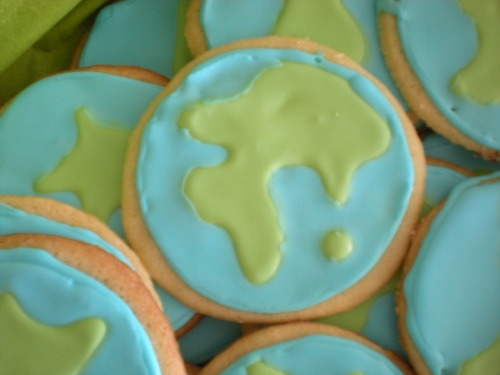 Earth Day cookies! The Young Adult Group at Studio City UU Church led an Earth Day Worship on Sunday morning. Despite grandiose dreams of flowers and trees and suns all with bright smiley happy faces, we decided the Earth was probably most appropriate for Earth Day. Two colors is enough for me. Not to be used for navigational purposes. Sugar cookie with lime icing. April 2009.