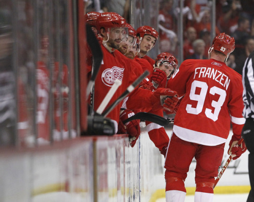Here's a scene we saw alot tonight. What can I say about Franzen? 4 goals is unheard of…but 4 straight in the first period?? By the same player?? Natural hat trick+1. And then to had a 5th? (Edit: 4th goal was changed,to Bertuzzi, but still, the natural hatty and 4 goals total..wow) 7-1 win. Now if we only didn't blow the lead in game 3. 3-1 and 2-2 are so far away despite being a 1 game difference. If any team can do this, its the wings. Go Wings! Alright Mule!