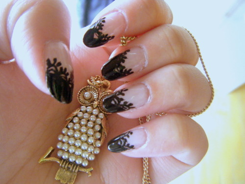 fuckyeahprettynails:  goshzilla:  Based off of tutorial from Nail Max (04/09)