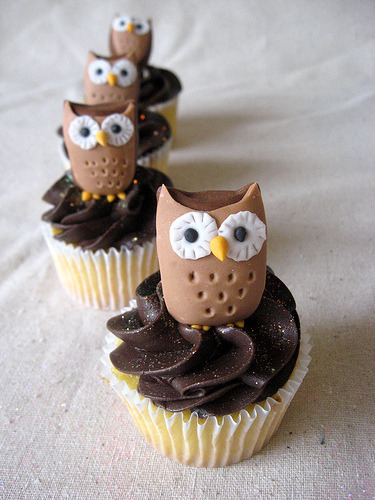 onlycupcakes:  Via Artisan Cake Company   So cute! Would love to throw an owl-themed birthday party with these baby owl cupcakes surrounding our easy-to-make owl cake.