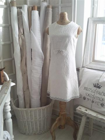 ♥ WanillaRose..One of my favourite blogs..Ever!*Google translate, please*..it's in Finnish.☺For the love of white anddistressed decor. Absolutely Beautiful. ♥