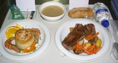 That was the menu served on the last New Year's Eve; Jerez's consomme, vol-au-vent of shellfish with prawns, and beef fillet steak with mushrooms and potatoes. There were twelve grapes too because in Spain at midnight on New Year's Eve, is traditional to listen to the clock and each time the clock chimes, everybody puts a grape in their mouth and they celebrate the New Year. The dinner was delicious! Vall Hebron Hospital, Barcelona (Spain)
