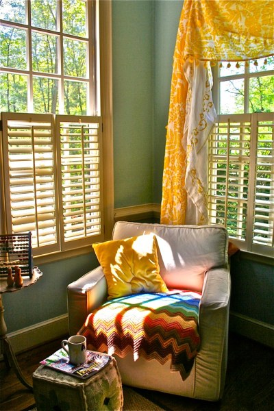 vintagemodernquilts:  the perfect reading nook