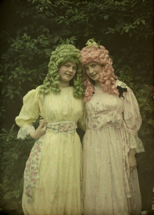 turnofthecentury:  Alfonse Van Besten ~Pink and green wigs,c.1912  is it just me or is this crazily amazing? I wonder why that these two girls were up to -tara