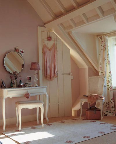coffeeandwords:  delovelyphotos:  The angles in this room! Look at how they cut the door!