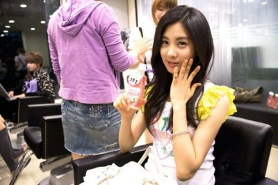 If I'm not mistaken, that's a Mogu-mogu drink! :D I'm loving you more, Seohyun.