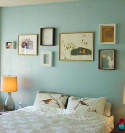 jamiewaters:  wall color. LAMP. frames. little blue vase. outcamethesun:  gracieswainson:  ellaminnowpeas:  Domino Mag Inspiration (by FamilyKeen)
