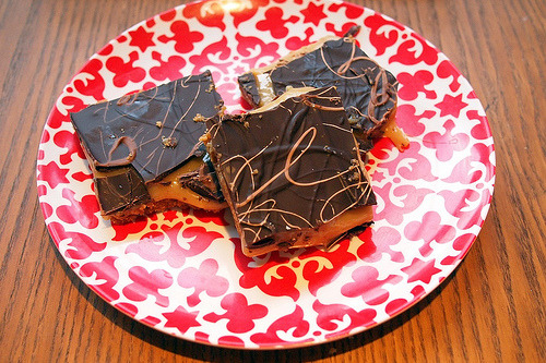 Squillionaire cake Similar to millionaire shortbread but with gooey condensed-milk caramel and a digestive biscuit base. Recipe c/o afeitar