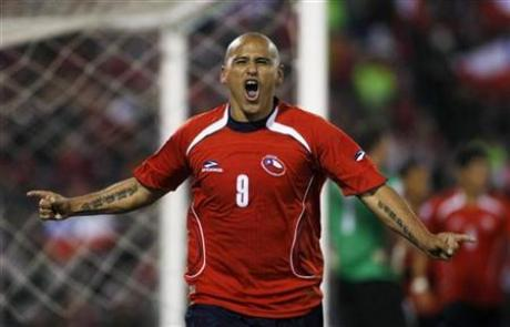 "Reuters le presenta al mundo el goleador chileno ""Lollipop"" Suazo"" (via Lollipop Suazo ready to lick the opposition 