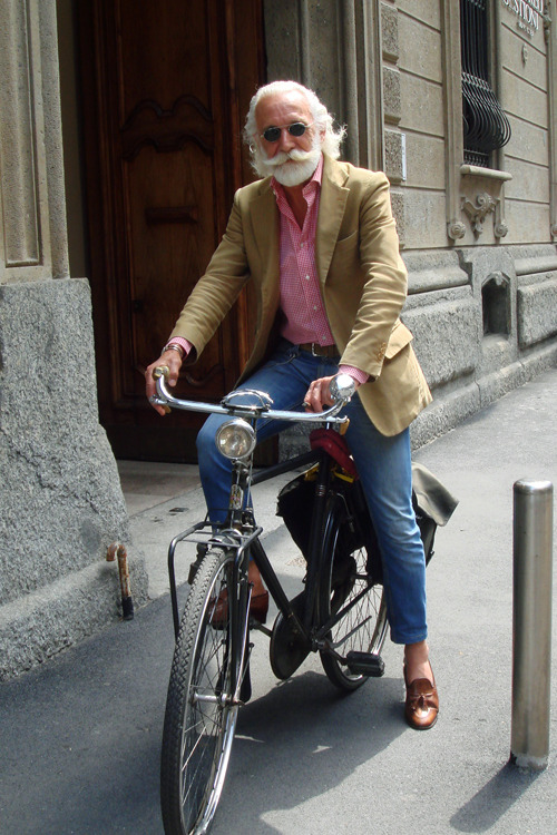 hotdudesonbikes:  lazysundae:  On the Street….Out of Nowhere, Milano    This man is just so cool.