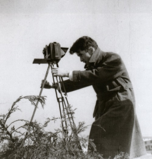 liquidnight:  Untitled (John Vachon with tripod, outdoors), 1940 Photographer unknown From John Vachon's America: Photographs and Letters from the Depression to World War II  Re-posted by Camila Souza
