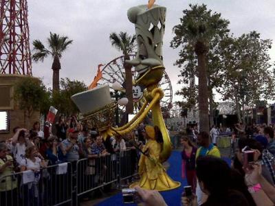 someima:  machikoma:  Lumiere repping the yellow section! #DisneyWOC #fb | TweetPhoto ルミエール!  この方式で石像の龍をかぶったムーシューをww