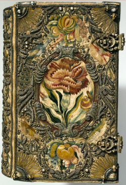 blacksilhouettes:  Textile bookbinding The Netherlands, 1615-1620. Contents: Biblia. Leyden, Udrich Cornelijs, voor Jan Everss Cloppenburch en Isack Ianss Canin, 1615; Arthurus Dentus. Voet-pat der eenvoudigher menschen. Utrecht, Abraham van Herwijck, voor Hendrick Laurensz tot Amsterdam, 1614.  (via yama-bato)