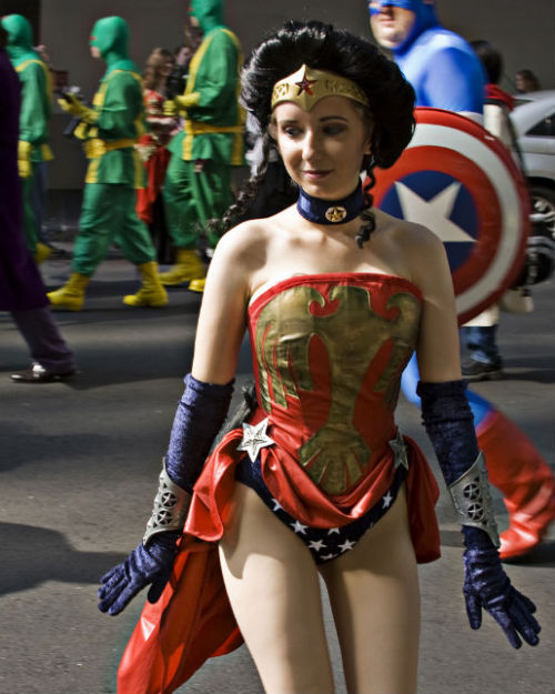 nerdygirllove:  (via lookatthisfrakkinggeekster)   Her costum is great, but I just love the background. The Captain America, the Hydra agents and what looks like a Joker leg.
