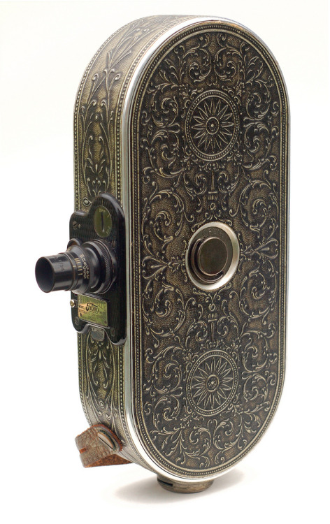mcorpuz:  1928 Bell & Howell Filmo No. 75 16mm film camera. look at this fucking camera. what the fuck.