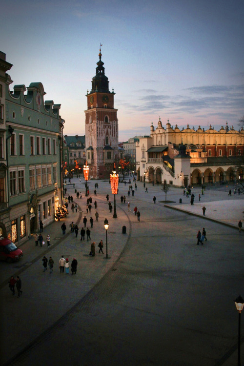 broken-blossoms:  allthingseurope:  Market Square of Poland's second largest city- Krakow via