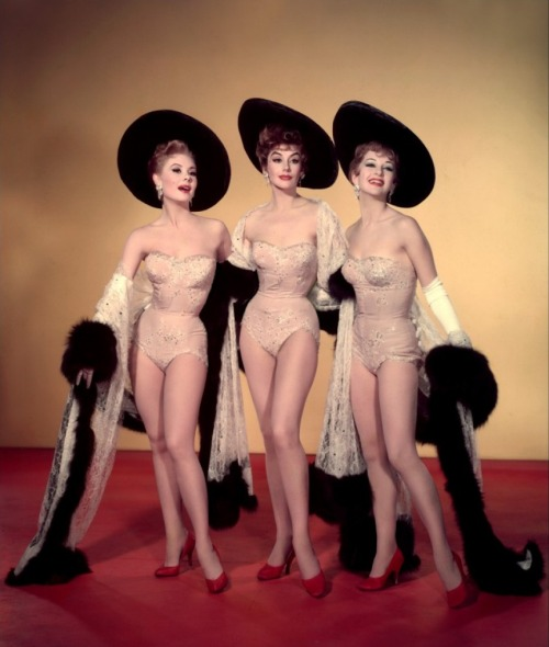 Kay Kendall, Mitzi Gaynor and Taina Elg, Les Girls, 1957 Costumes by Orry-Kelly Visionneuse de Kay Kendall