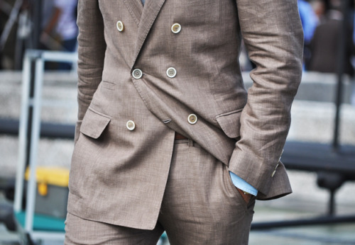 Now with this a linen suit I would rock.. Buttons & besom ticket pocket makes me think Brunello Cucinelli, which means too rich for me..