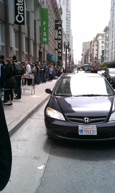 3pm, the iPhone 4 line is still ragin (Apple store downtown)   via kk