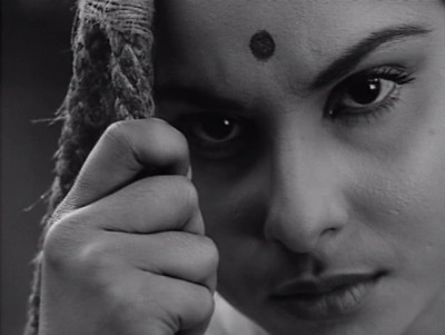 The Lonly Wife (Charulata) India 1964 Director:  Satyajit Ray Actores: Soumitra Chattejee, Madhabi Mukherjee, Shailren Mukherjee…  Guión : Satyajit Ray,  novela: Rabindranath Tagore Música: Satayajit Ray Foto: Subrata Mitra ✔✔✔✔✔