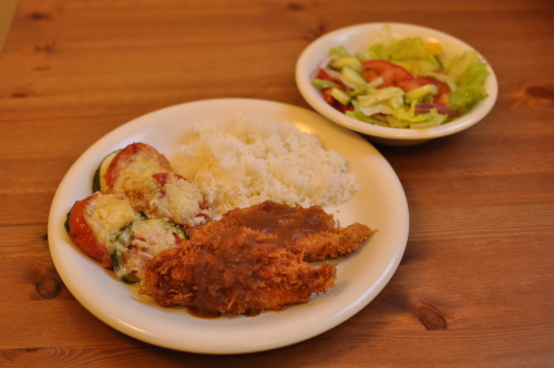 Last update before I fly away: Chicken katsu (deep-fried chicken) with the awesome, home-made tonkatsu sauce, with a side of gratinated tomatoes and zucchini. I know I'm going to Italy where food is excellent, but I sure won't mind coming home ;)