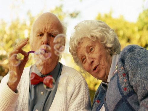 A velhice não existe para o casal que nunca entendeu o que aconteceu no primeiro encontro e vive se olhando como da primeira vez.