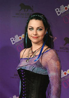 "Amy Lynn Hartzler, born Amy Lynn Lee and better known as Amy Lee is one  singer and United States musician.  And co-fondatrice, leader and author  of grupo gothic metal.  the ""Evanescence"" Amy was born on December 13th, 1981 to the Riverside Parkview Hospital,  in California and whelps of John Lee, an established deejay and keen  musician, and Sara Cargill. He has a brother, Robert, and two sisters, Carrie and Lori (both have collaborated to the album of  the Open Door tea Evanescence, in the 2006). Because of the work of the  father his family has lived in several places  Lee si è diplomata all'Accademia  Pulaski nell'anno 2000, e durante i suoi anni di liceo è stata anche la  direttrice del coro della scuola.In 1994 Amy met Well Moody to a youthful fiel. During the preceding period to the first album exit, Fallen, Amy however  had a Well Moody ended relation when cofondatore of band left the group  after a violent quarrel with the singer. Lee said that the reason of the exit of well from band  was due to incomprehensions in the musical world, as she wanted to try  new styles and new sonoritá In seguito Amy Lee è stata legata per diversi anni al cantante dei  Seether col quale ha registrato anche una canzone ""Broken"", ma anche  questa relazione è finita dopo un paio d'anni a causa dei problemi di  alcolismo del cantante di cui la Lee parlaIn the December 2005 Lee has been denounced by his manager, Dennis  laugh, for contract violation. In answer, the singer of Evanescence has  denounced the same one laugh for several neglicences Between which abuse sexual. The event has been concluded with the  working relationship interruption. The evening of January 8th, 2007, after a kept concert of Evanescence he  to Toronto, Amy has officially engaged, his time friend with Josh  Hartzler, a therapist. On May 6th, 2007 one agrees gets married she has married herself with Josh in a ceremony tight deprived performed  in the garden of his house to Little Rock. Amy Lee fashionable Gothic, the gothic style nymphet owns a  characteristic original style inspired strongly and to the suits of the  Victorian age. This special way of gave comprises her modo particolare e le procura diversi ed erronei paragoni con altre  frontwoman di band rock, metal e gothic  metal. 1998 - Evanescence  1999 - Sound Asleep  2000 - Origin 2002 - Not for Your Ears  2003 - Mystary  2003 - Fallen 2004 - Anywhere but Home 2004 - Le Nouveau  Gothique 2006 - The  Open Door 2007 - Justice 2007 - In  the Shadows"