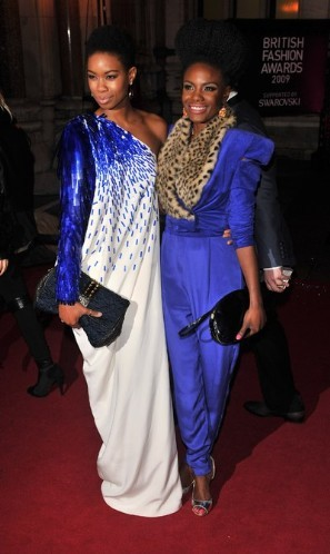 "Here is the lead singer of ""the noisettes"" Shingai Shoniwa attending the Brit Awards. I don't know who the other lady is but they sure are looking stunning, wow look at thoses outfits, beautiful!"
