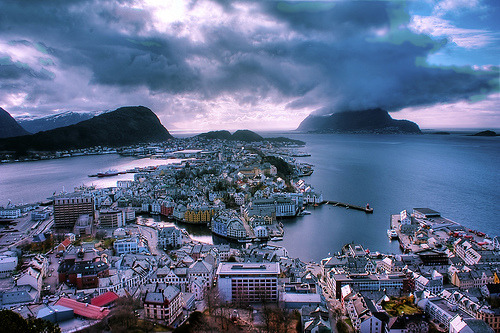 kari-shma:  Ålesund (by Lisa-Mari)  You get mountains AND water? Cute.