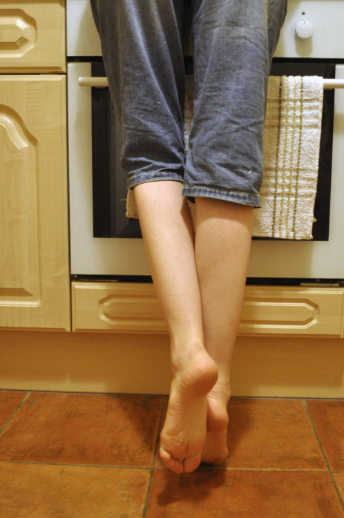reretlet:  wonderthinkanswer:  miniatures:  Kitchen Feet by *Artistic-Feet(via halfdry)