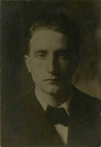 Hans Hoffmann Photograph, 1912 Marcel Duchamp http://www.npg.si.edu/exhibit/duchamp/pop-ups/01-01.html