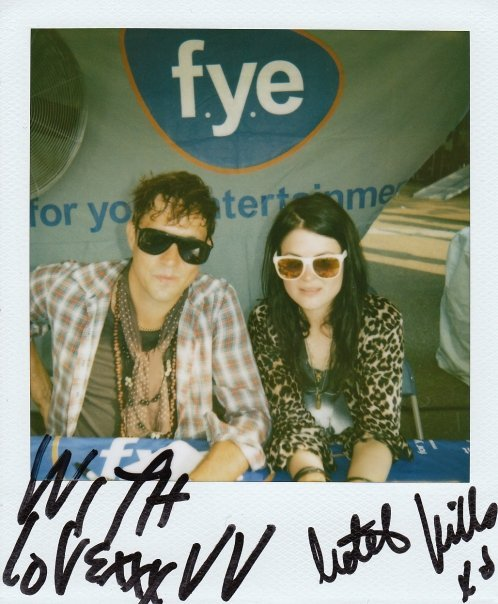 JUST LOOK. It's Jamie Hince and Alison Mosshart posing for me. Ain't no thang.