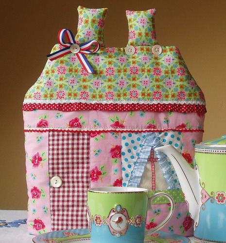 vintagerosegarden:  girlyme:  tea house cozy (by dutch blue)