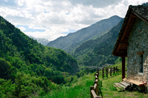 kari-shma:  a chalet with a view (by alǝx)