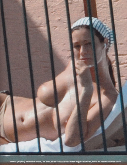 Manuela Arcuri beccata a prendere il sole in topless!