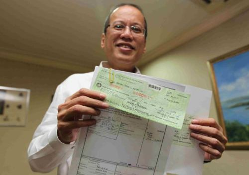 abscbnnews:  Noynoy Aquino shows off his first monthly paycheck as President amounting to P63,002.17, after tax. (Jay Morales/Malacanang Media Bureau)  We have a really good feeling about this president.