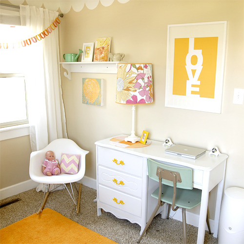 gluestickgirl:  sarah-loo:  love the pop of yellow + that blue desk chair.