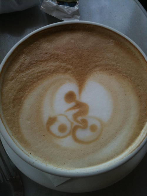 "wheeeeeeeee! artinmycoffee:  We stopped for a mid-30-mile-ride coffee at Saint Honore Boulangerie in Lake Oswego, OR this morning. I was about to take a sip of my freshly delivered latte, when my friend stopped me and said, ""Hey wait! Is that a bicycle?!"" We all whipped out our iPhones simultaneously to take pictures. It was delicious. And oh-so-appropriately decorated! Submitted by JJ"