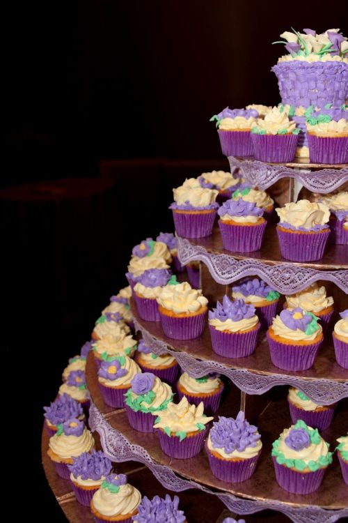 cupcakesoftheday:  I just decided to let my guests know how much I love cupcakes on my wedding day!  My wedding cupcakes got featured at Cupcakeofthe day! Woohoo!