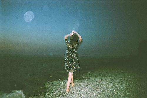 Ese momento cuando besas a alguien y desaparece  todo lo que tienes alrededor, y lo único que existe eres tú y esa  persona. Y te das cuenta de  que esa persona es el único con el que quieres pasar el resto de tu vida y  sientes por un momento algo realmente  asombroso y quieres reír y  también llorar. Te inunda la felicidad de  haberlo encontrado y te  invade el temor de perderlo al mismo tiempo.