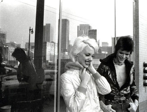 childofthesystem:  (via thewordisincest)  David Bowie and a Marilyn Monroe lookalike on the set of The Jean Genie video 1972.