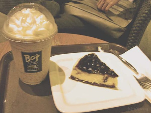 """I bought her blueberry cheesecake…"" Cos coffee house is my kind of lifestyle. It's a habit. Best talks happen in a coffee house with the special persons in my life. First time that I tried Bo's coffee blended choco chip froccino. It's good. And now I'm wide awake at quarter past 3am."