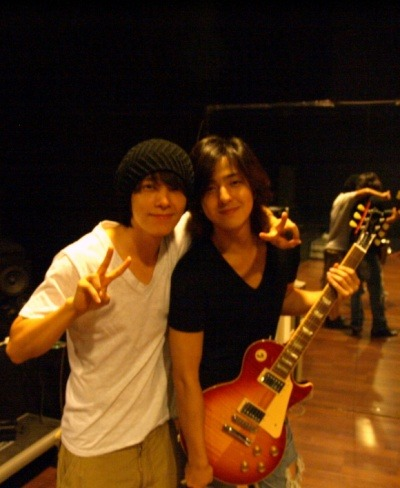 Brief history:On August 21, 2009, Donghae sent Kibum a text asking where he was. Kibum replied and turned out he was in one of SME's practice rooms, so Donghae immediately went there and snapped this picture ♥ According to Donghae, they talked for hours and even posted this picture at 4 in the morning. Out of excitement? Who knows. ♥