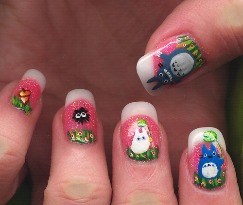 paintthemnailz:    (via fewofherfavthings) totoro nails!