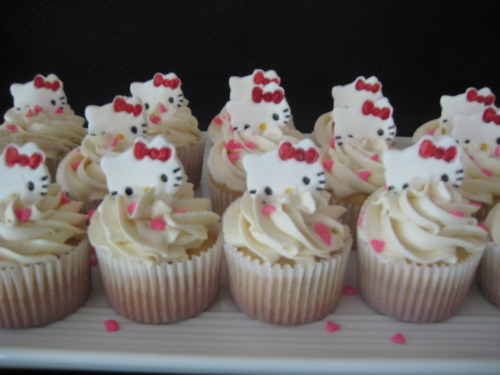 These were fun and turned out so cute. I made the Hello Kitties with fondant and hand painted them. I was really pleased with the way they came out.