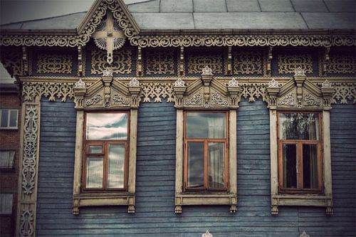 (via headfullofideas) wow, I photographed a house in central Romania that was similar, but this one is in better shape. lovely!